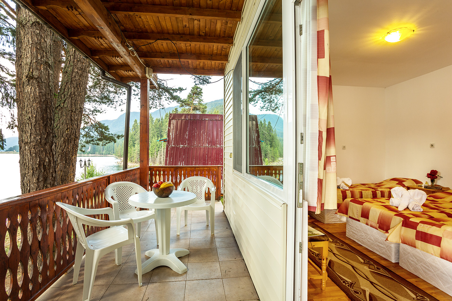 The one storey houses are 2 each with 2 triple rooms the rooms are simply furnished but with everything necessary for a comfortable stay and relaxing